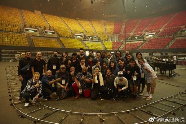 陈奕迅在同一天举办了日出场和日落场两场线上演唱会