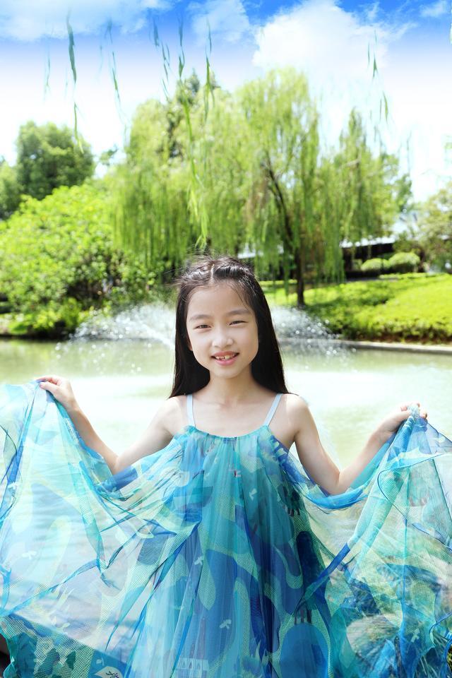 赵梓苏最新歌曲《花样童年》唱出了对美好童年的怀恋让人油然而生