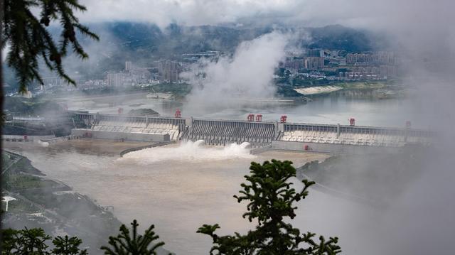 降雨影响三峡水库水量持续增多 三峡工程开启泄洪孔泄洪