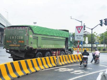 """上海推行大型车辆""""右转必停"""" 有效降低事故发生概率"""